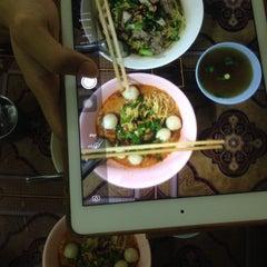 Photo taken at จันทร์สอน บะหมี่,ก๋วยเตี๋ยว by Ning N. on 9/29/2015