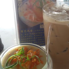 Photo taken at 7 Village Noodle House (七廊粿條湯) by Chan K. on 10/7/2014