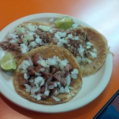 Photo taken at Taqueria Arandas by Librero Anticuario on 1/25/2016