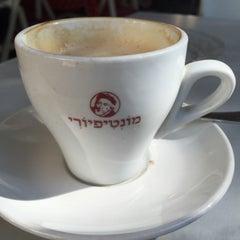 Photo taken at Montifiori Café (מונטיפיורי קפה) by Eran W. on 11/12/2015