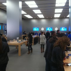 Photo taken at Apple Store, The Americana at Brand by Kelmin J. on 11/10/2012