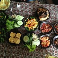 Photo taken at Warung Spesial Sambal by Piti B. on 12/30/2012