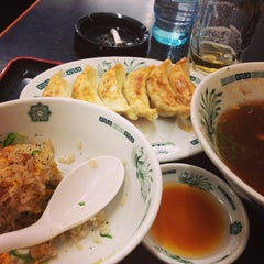 Photo taken at 日高屋 新宿3丁目店 by nemunemu 0. on 2/16/2014
