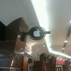 Photo taken at Boulevard IT - Apple Store by Ezifahlaf A. on 11/28/2012