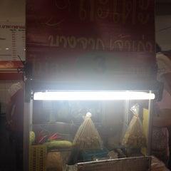Photo taken at ร้านอร่อย (Raan Aroi) by tTs T. on 12/23/2013