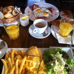 Photo taken at Le Café du Temple by Kristina V. on 9/29/2012