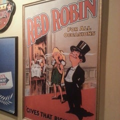 Photo taken at Red Robin Gourmet Burgers by Jon T. on 11/16/2012