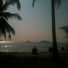 Photo taken at Kai Bae Hut Resort by Wittaya J. on 1/19/2013