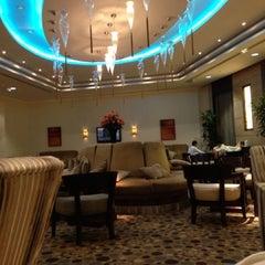 Photo taken at Mövenpick Hotel & Residence Hajar Tower Makkah   فندق وأبراج هاجر موڤنبيك by Raed A. on 5/24/2013