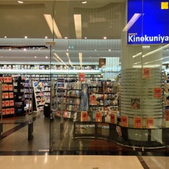 Photo taken at Books Kinokuniya (คิโนะคูนิยะ) 紀伊國屋書店 by Peerasak C. on 10/9/2012