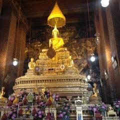 Photo taken at วัดพระเชตุพนวิมลมังคลารามฯ (Wat Pho) by PorKaew S. on 4/27/2013