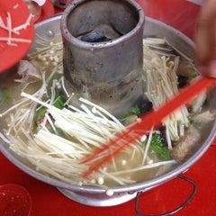Photo taken at Nan Hwa Chong Fish-Head Steamboat Corner (南华昌亚秋鱼头炉) by 冬梅 R. on 12/14/2012