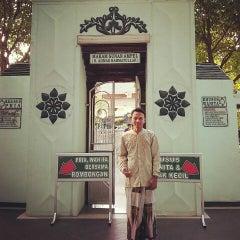 Photo taken at Makam Sunan Ampel by Heru S. on 6/29/2015