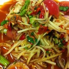 Photo taken at Magic Food Point (ศูนย์อาหารเมจิกฟู้ดพอยท์) by Pattariya T. on 10/18/2012