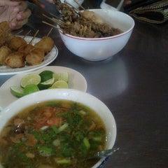 Photo taken at Soto Ayam & Ayam Goreng Bangkong by Anindita Ayu Pradipta Y. on 1/4/2014