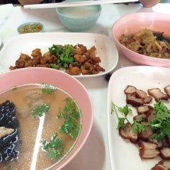Photo taken at ข้าวต้มปฐม by Yingzz Z. on 5/14/2015