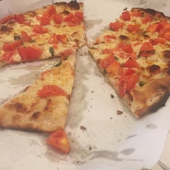 Photo taken at Frank Pepe Pizzeria Napoletana by Pauline B. on 6/30/2015