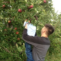 Photo taken at Applecrest Farm Orchards by Lillian S. on 10/7/2012
