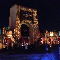 Photo taken at Universal's Halloween Horror Nights 23 by Tony A. on 9/21/2013