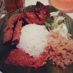 Photo taken at Ayam bakar Genther by Laurensia S. on 4/21/2013