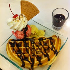 Photo taken at Swensen's (สเวนเซ่นส์) by Pudding P. on 3/8/2015
