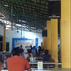 Photo taken at Sentra PKL Gayungan by Waskithole on 8/7/2014