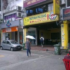 Photo taken at 宝香绑线肉骨茶 (Pao Xiang Bak Kut Teh) by Daniel C. on 2/13/2014