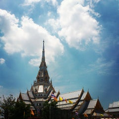 Photo taken at วัดโสธรวรารามวรวิหาร (Wat Sothon Wararam Worawihan) by Sunshine P. on 5/6/2013