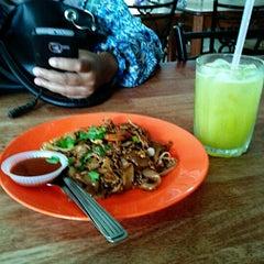 Photo taken at Allongs Restaurant by Mohd Radzi S. on 10/4/2012