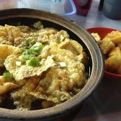 Photo taken at Restoran Hwa Mei 美华肉骨茶 by Dylan T. on 5/31/2013
