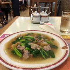 Photo taken at Took Lae Dee (ถูกและดี) by Pawinee M. on 10/19/2015