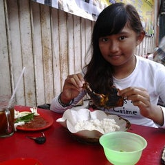 Photo taken at Ayam Bakar Wo Aini by Yla M. on 4/17/2013