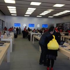 Photo taken at Apple Store, Easton Town Center by Scott W. on 12/13/2012