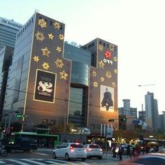 Photo taken at 신세계백화점 (SHINSEGAE Department Store) by Yun Ji C. on 11/9/2012