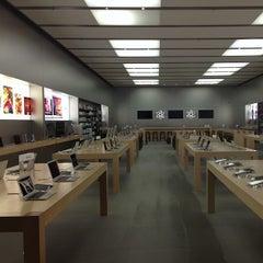 Photo taken at Apple Store, Chestnut Street by Christian V. on 5/14/2013