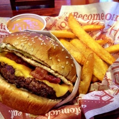 Photo taken at Red Robin Gourmet Burgers by Junior M. on 11/10/2012