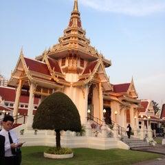 Photo taken at วัดเทพศิรินทราวาส ราชวรวิหาร (Wat Debsirin) by Jeeraphat J. on 12/16/2012