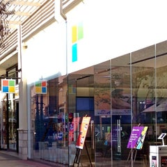 Photo taken at Microsoft Store by Leslie F. on 1/7/2013
