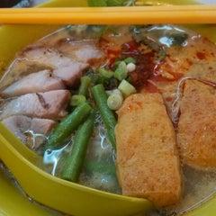 Photo taken at Kedai Makanan & Minuman USJ 2 (USJ 2 美食中心) by Yoshi P. on 1/12/2014