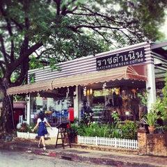 Photo taken at กาแฟราชดำเนิน (Ratchadumnern Coffee) by Lu J. on 6/22/2012
