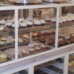 Photo taken at Magnolia Bakery by Manu S. on 3/22/2012