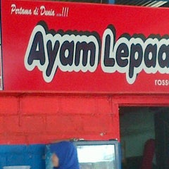 Photo taken at Ayam Lepaas by Vazlant C. on 12/24/2011