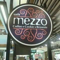 Photo taken at Mezzo (เมซโซ่) by Phanpilas R. on 9/9/2011