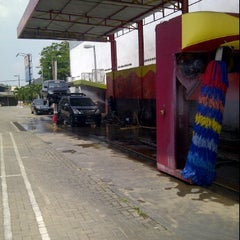 Photo taken at Car Wash 86 Perjuangan by Wahyudi W. on 11/27/2011
