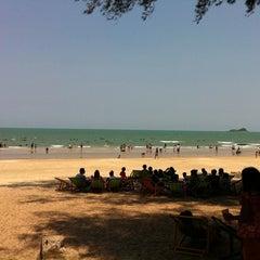 Photo taken at ชายหาดสวนสนประดิพัทธ์ (Suan Son Pradipat Beach) by Job A. on 4/15/2011