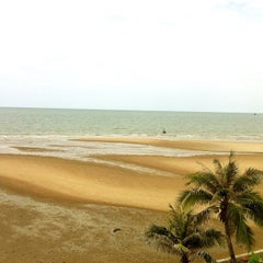 Photo taken at White Sand Beach Hua Hin by Cocktails💋™ on 7/3/2012