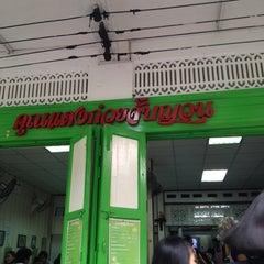 Photo taken at แดง ก๋วยจั๊บญวน (ร้านใหม่) Khun Daeng - Vietnamese Noodle by Jay O. on 3/24/2012