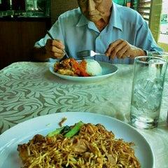 Das Foto wurde bei CHERRY KLUBB von Meheheheow am 8/29/2012 aufgenommen