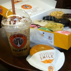Photo taken at J.Co Donuts & Coffee by Raa S. on 8/3/2014