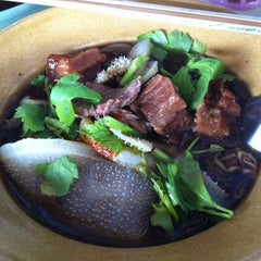 Photo taken at หมูตุ๋น เนื้อตุ๋น ยาจีน by noOMniM N. on 11/15/2012